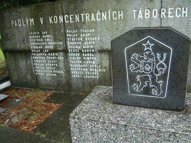 Údržba památníků a pietních míst stojí ročně statisíce korun. Například tento v Orlové–Lazech chce město přemístit, protože na opuštěném místě bývá terčem řádění vandalů.