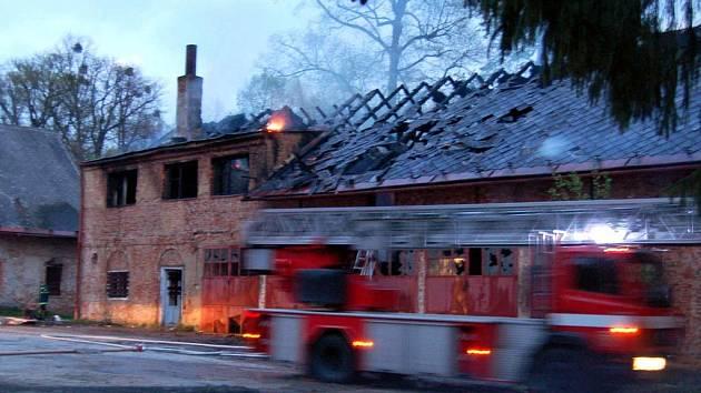 Rozsáhlý požár zachvátil v úterý kolem sedmé hodiny večer zdevastovanou budovu bývalých Larichových koníren v zámeckém parku v Karviné.