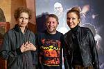 Režisér Lukáš Bulava s ikonami českého dabingu. Vlevo Dana Hábová, vpravo Stanislava Jachnická.