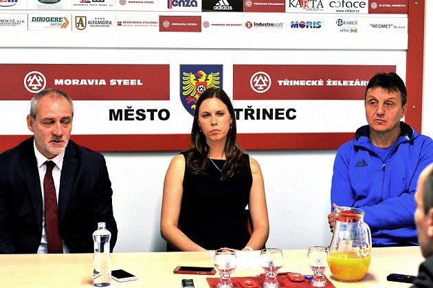 Na tiskové konferenci kúspěšnému podzimu fotbalového Třince hovořili zleva Karel Kula, tisková mluvčí Lucie Trnková a trenér Jiří Neček.