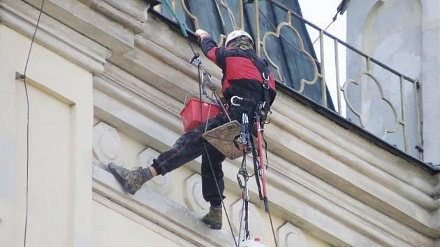 Všechny práce na fasádě kostela prováděli pracovníci na lanech, bez použití lešení.
