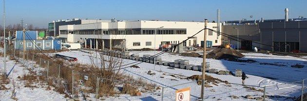 Továrna Mölnlycke Health Care vHavířově vdobě těsně před dokončením stavby.