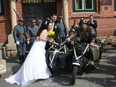 V Bohumíně se v sobotu konala svatba, při které asistovali vojáci.  Byli to kamarádi ženicha, který je milovníkem vojenské historie.