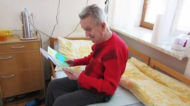 Dětští tanečníci z bohumínského souboru Radost & Impuls vzali do ruky tužku a papír a začali psát seniorům vřelé dopisy. A dědečci sbabičkami jim spontánně odepisují.
