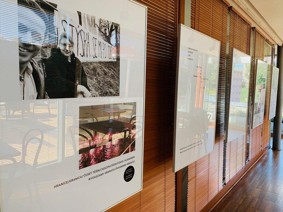 Třicetiletou historii divadelního festivalu Bez hranic připomínají dvě výdtavy v kavárně Avion a Tramvaj v polském Těšíně.