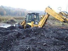 Dvě jednotky profesionálních hasičů se v pátek odpoledne zapojily do úspěšného vyproštění zapadlého traktorbagru z rybníka v Karviné-Dolech.