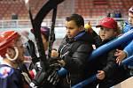 Malí fanoušci Karviné se těší z výhry svého mužstva.