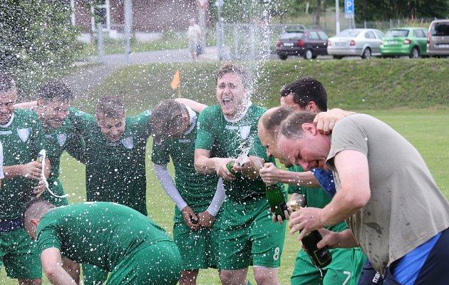 Fotbalisté Datyní (vzeleném) vyhrály nad Dobraticemi a mohli začít slavit postup do krajského přeboru.