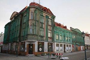 Redakce Deníku mohla nahlédnout do útrob tří chátrajících historických domů na Masarykově náměstí v Karviné. Město je od letoška majitelem domů a chystá jejich rekonstrukci.