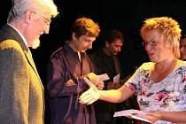 Zdeněk Veselý (vlevo) a Jan F. Teister (uprostřed) – autoři historické knihy Od Bogunu k Bohumínu, kterou v roce 2006 vydalo město. Blahopřeje jim Pavla Skokanová z městského úřadu.