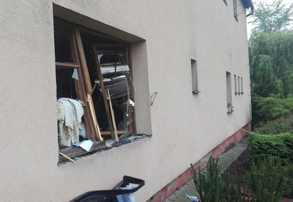 Několik jednotek hasičů zasahovalo v domě obývaném seniory v Horních Bludovicích, kde byl hlášen výbuch plynu.
