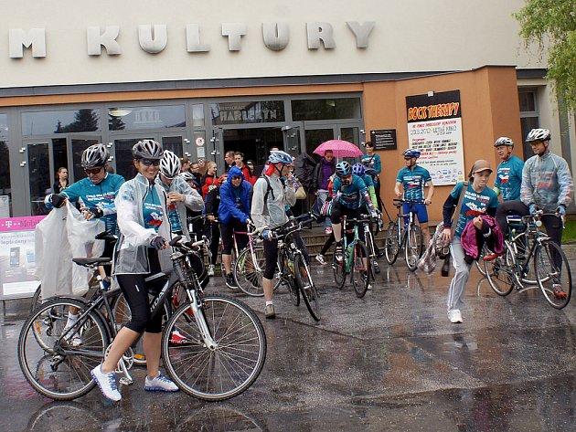 Cyklisty nezastavil v osvětové jízdě proti drogám ani déšť.