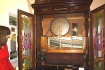 Funkční orchestrion patří mezi parádičky výstavní síně. Na požádání si zdejší návštěvníci mohou více jak 100 let starý krásný přístroj i poslechnout. Zahraje vám až 8 melodií.