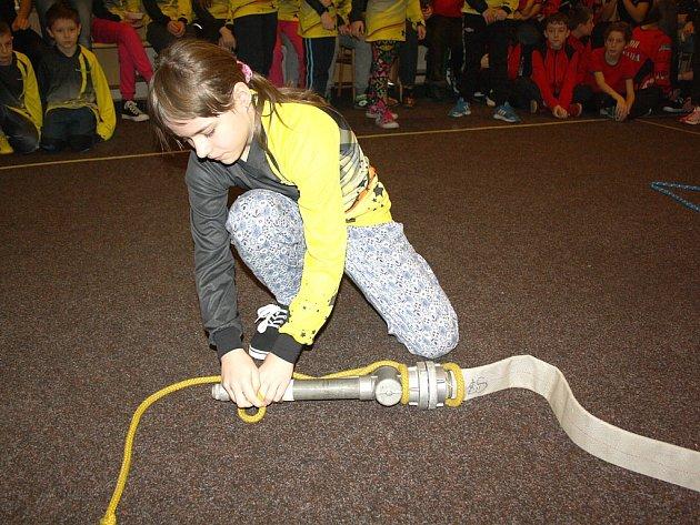 Nová královna uzlů pro rok 2015 je mezi mladými hasiči z okresu Josephina Viktorová z SDH Karviná-Hranice. Ta vyhrála kategorii mladších žáků.