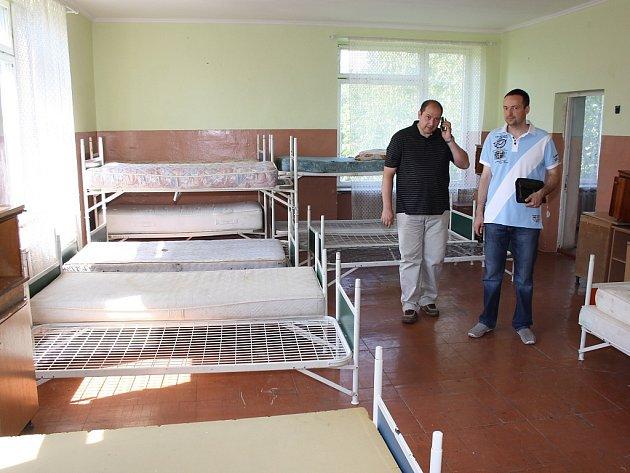 Některé děti z Mukačeva bydlí přímo ve škole, která dříve sloužila jako dětský domov. Na snímku z roku 2014 jsou ředitel školy Jurij Holiš primátor Havířova Daniel Pawlas.