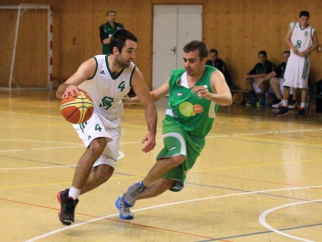 Karvinští basketbalisté (v bílém) ukončili sezonu v play-off proti Šumperku.