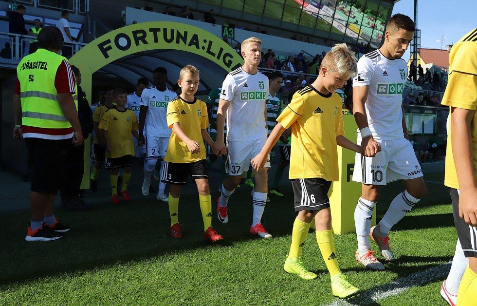 Fotbalové utkání Karviná (v bílém) - Bohemians.