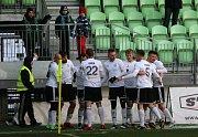 Karvinští fotbalisté (v bílém) přehráli Zlín jasně 4:0.