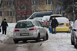 Přívaly sněhu způsobily komplikace i na silnicích karvinského okresu. Na sídlištích nebyl sníh odklizen z cest ani před polednem a lidé museli místo chodníků chodit po silnici.
