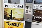 Na čerpací stanici Baltic Oil mohou řidiči ve dne i v noci tankovat  tankomatu. Platit se dá jen kartou.