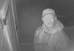 Policie pátrá po tomto zloději. Poznáte ho?