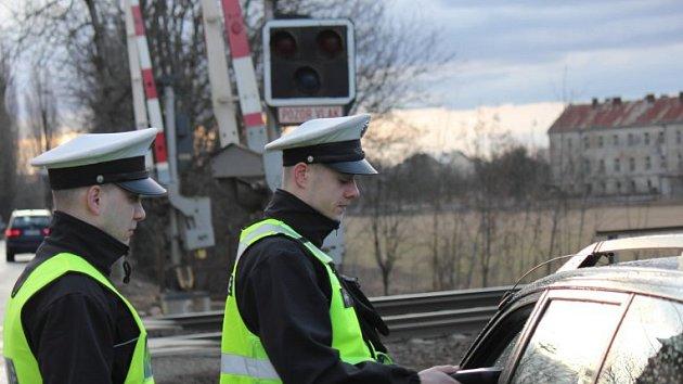 Policejní kontrola u železničního přejezdu. Ilustrační snímek.