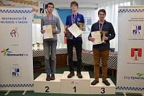 Mistr ČR Vojtěch Šrámek (uprostřed) vyhrál kategorii do 18 let. V kategorii do 20 let pak skončil třetí.