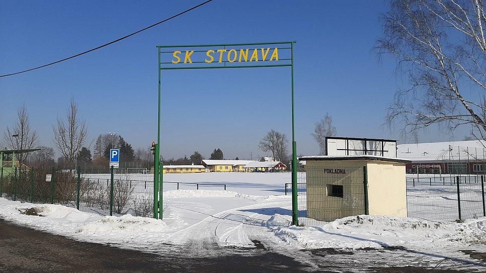 Hornická obec Stonava před 30 lety doslova vstala z popela. Dnes má necelých 2000 obyvatel a velmi dobrou infrastrukturu. Sportovní fotbalový areál.