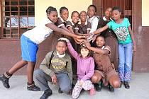 Dcera Libuše Petrové Klaudie s dětmi ze sirotčince během jejich cesty za poznáním kultury a přírody Jihoafrické republiky.