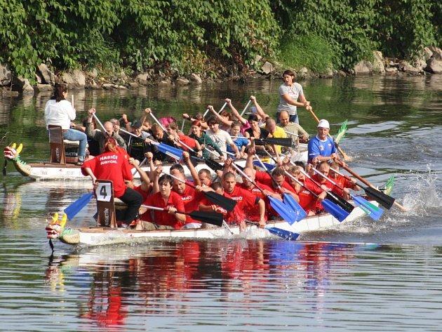 Závod dračích lodí na řece Odře v Bohumíně.