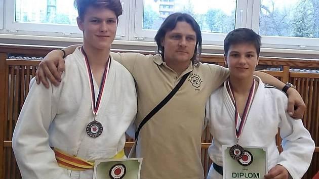 Zleva Adam Przybyla, trenér Karel Štefánik a Jan Babič na přeborech republiky.