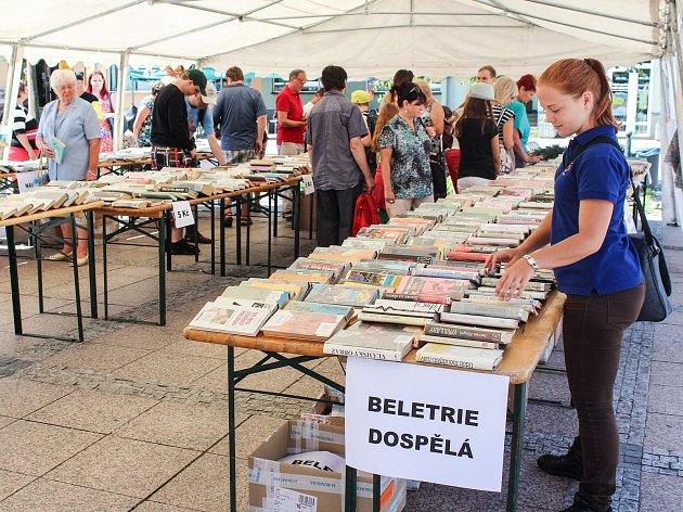 Akce S knihou do ulic nabídla vedle venkovního antikvariátu a komentovaných ukázek výrobních postupů také předčítání v bohumínských školách a školkách.