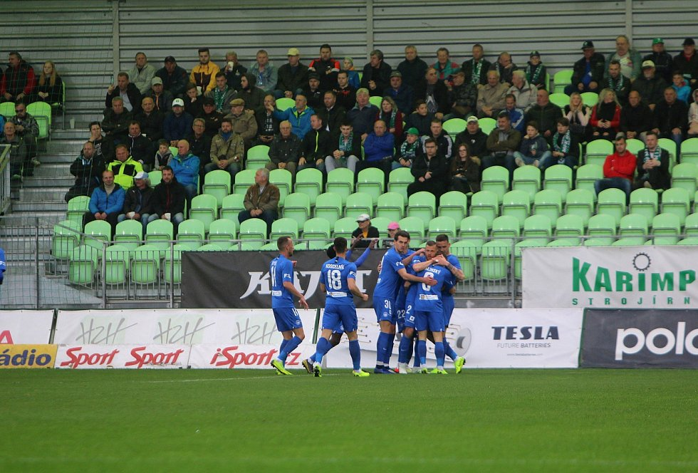 Karvinští fotbalisté (v bílém) proti Liberci.