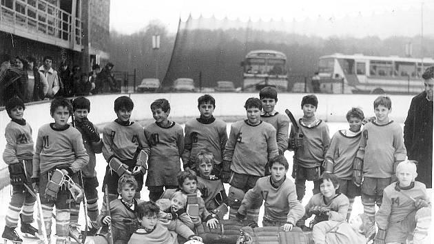 Družstvo začínajících talentů – základna s trenérem J. Steblem. Sezona 1985/1986.