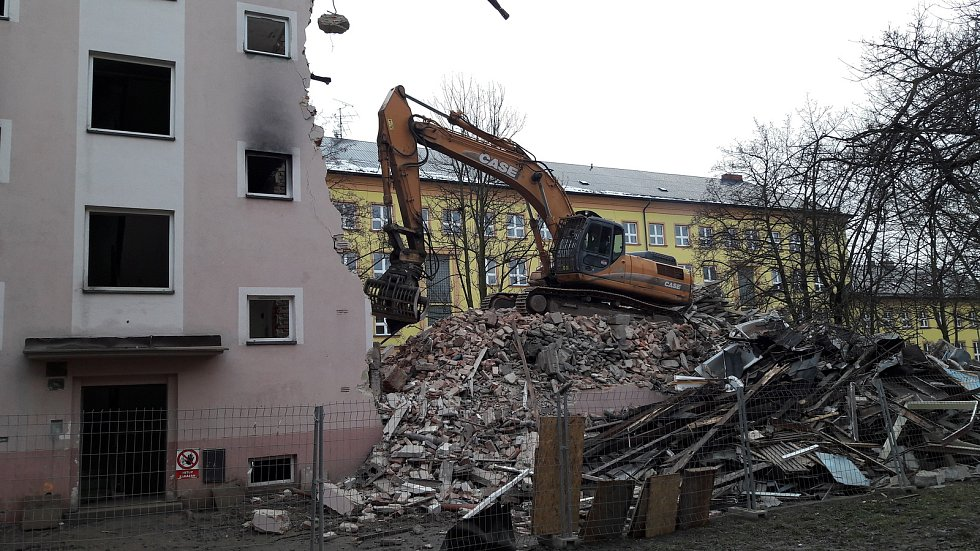 V Karviné-Novém Městě začaly demolice dalších asi 60 vchodů. Byty byly zdevastované po nepřizpůsobivých nájemnících a jejich majitel - spol. Residomo - se domy rozhodl strhnout.