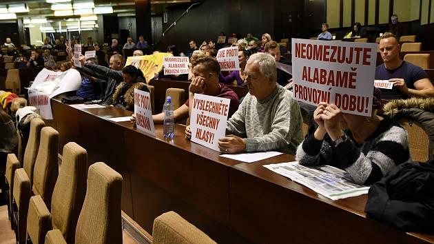 Zastánci diskotéky Alabama přišli na pondělní zastupitelstvo s protestními letáky.