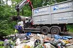 Z Lazeckého lesa, který spravují Lesy ČR, odvezli tuny odpadů.