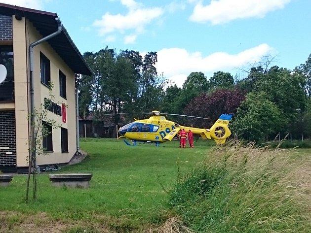 Poblíž nehody přistál záchranářský vrtulník.
