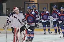 Karvinští hokejisté (v bílém) se v Hodoníně dvě třetiny drželi. Pak z toho byl debakl.
