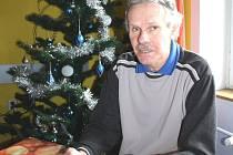 Alfred Kral ve vánočně vyzdobené jídelně ubytovacího zařízení Bethel, kam chodí na obědy. Vánoce ale bude trávit v sociálním bytě.