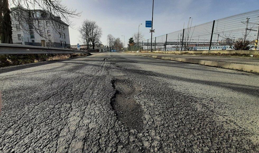 Bohumín trápí hluboké výmoly v Lidické ulici. Silničáři z kraje slibují opravu.
