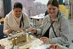 V Archeoparku v Chotěbuzi si mohli děti i dospělí vyzkoušet, jak se vyrábí pomlázka nebo malují kraslice.
