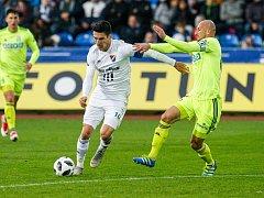 Karvinský Marek Janečka (vpravo) se snaží zastavit Roberta Hrubého z Baníku v sobotním derby.