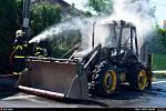 Několik desítek minut bojovali hasiči na silnici mezi Rychvaldem a Orlovou s požárem traktorbagru, který zapálil i okolo rostoucí tůje.