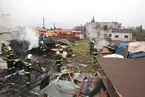 Objekt s velkým množstvím uskladněného dřeva v Horní Suché zachvátil v sobotu ráno požár. Předběžně se způsobená škoda odhaduje na 800.000 korun, příčina požáru zatím není známa.