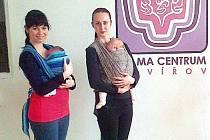 V havířovském Mama centru probíhá pro maminky každý týden cvičení s dětmi v šátku.