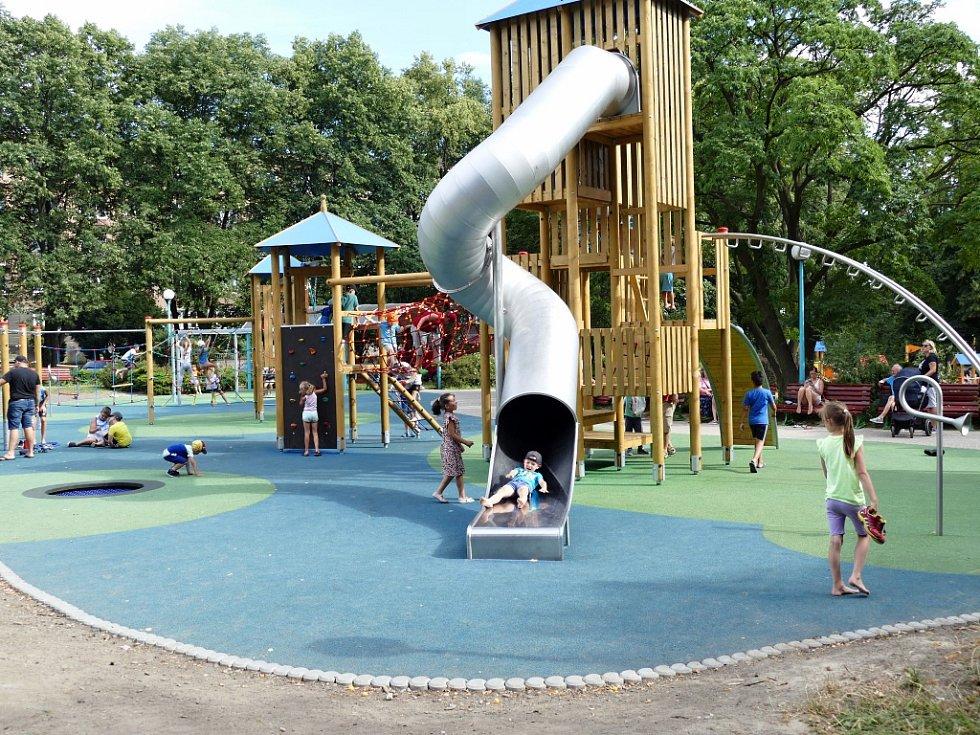 Na dětském hřišti v centru Havířova bylo rušno.