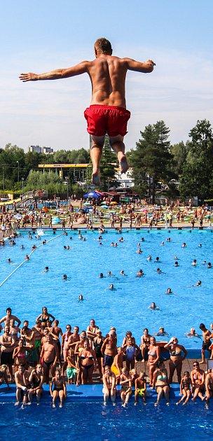 Soutěž ve skocích do vody ze tří, pěti a desetimetrové výšky na koupališti vHavířově.