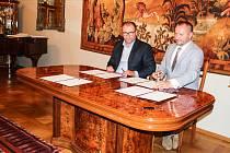 Memorandum stvrdili zástupci podpisem na Zámku Fryštát.