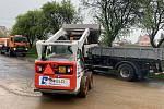 Ještě dva dny po prudkých deštích uklízeli cestáři z mnoha cest v regionu bláto.